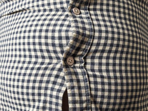camisa muy apretada.